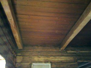 Ja panelien alta paljastui samanlainen laipio kuin tuvassa paitsi että niskoja oli vestelty paneloinnin asennuksen yhteydessä, ovat korjattavissa