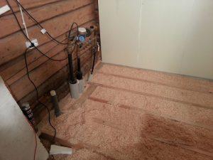 Kodinhoitohuoneen lattiaa eristetty