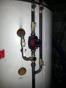 Tällä pumpulla ja suntilla hoidetaan taloon menevä lämmitysvesi