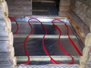 Ulkosaunan lattiarakenteita ja lattialämmitysputket