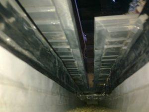 Vesikourun reuna alta, lattialauta pysyy alta kuivana